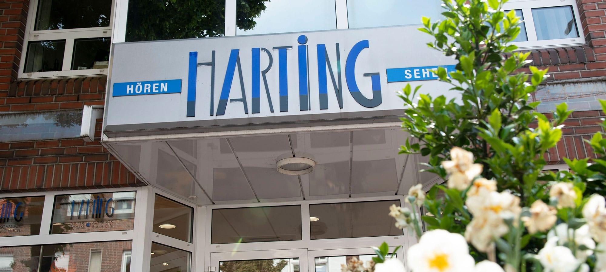 Gebäude von Harting – Außenansicht. Blick nach Oben gerichtet und zeigt den Überstand, wo das Harting Logo angebracht ist.