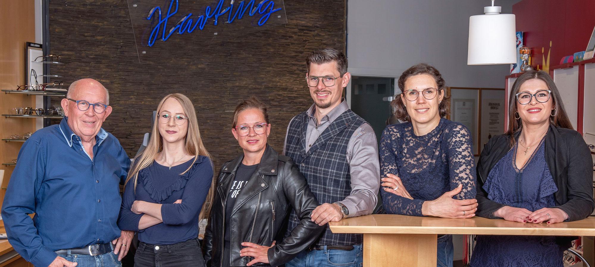 Gruppenfoto vom Harting Team im Harting Gebäude